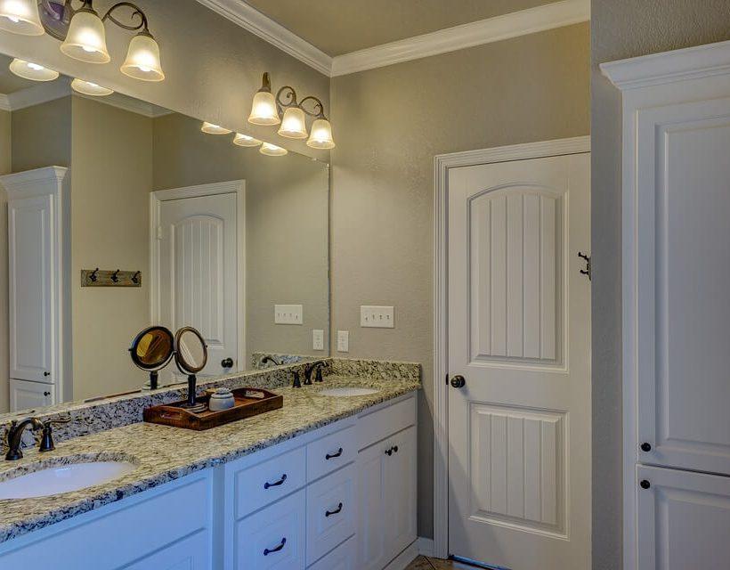 Meble łazienkowe stojące czy wiszące?